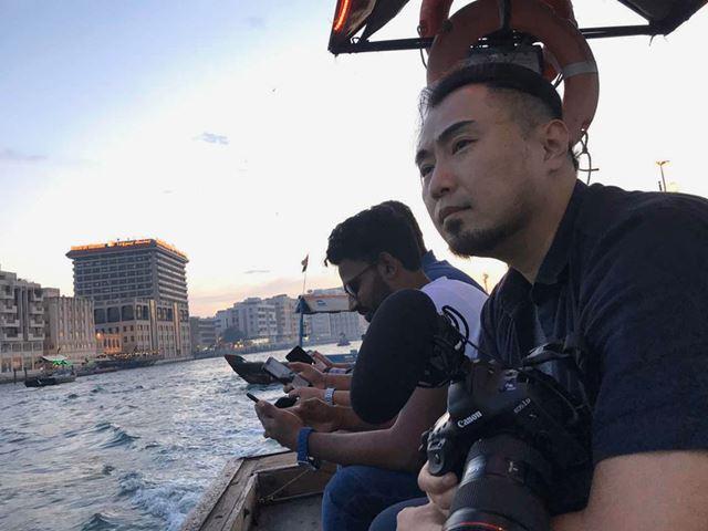 画像はイメージです(ドバイの運河で「EOS-1D X Mark III」の撮影を行う筆者)