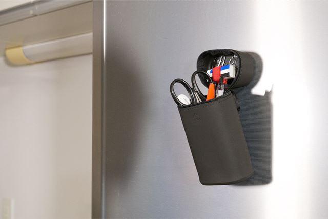 フタ上面を冷蔵庫にくっつければ、「立つペンケース」から「浮くペンケース」に早変わり!