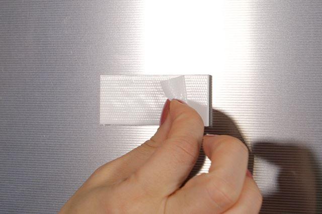 10mmの非粘着面をつまんで、簡単に剝がせる
