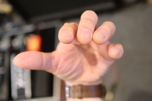 手首を曲げると自然に指先は閉じていきます