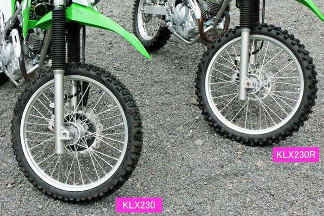 タイヤ径は同一だが、KLX230Rはタイヤのブロックの間隔が広い、よりオフロード志向の強いタイヤを装備