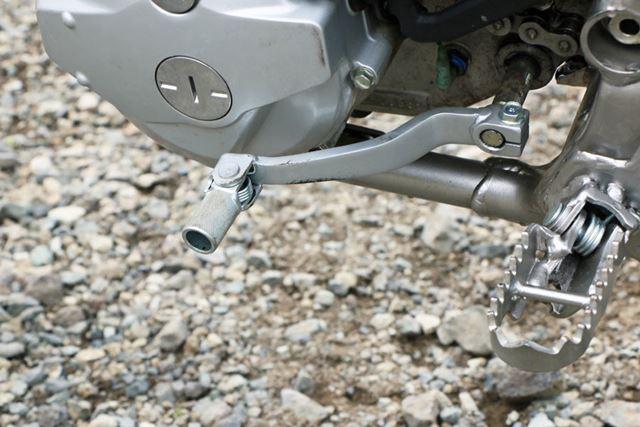 フロードブーツでの操作を前提にし、シフトレバーは金属がむき出しのスタイルに