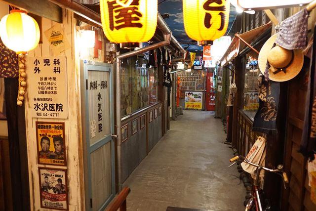 昭和の町並みをリアルに再現した「昭和レトロパーク 駄菓子屋横丁」
