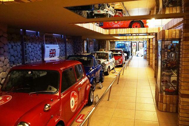 さまざまな27台ものミニを展示している「ミニミュージアム」
