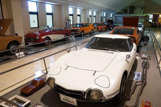 国産クラシックカーを中心に、昭和の名車を96台展示している「自動車博物館」