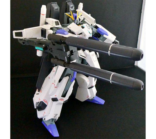 右腕装甲に装着して使うダブル・ビーム・ライフル