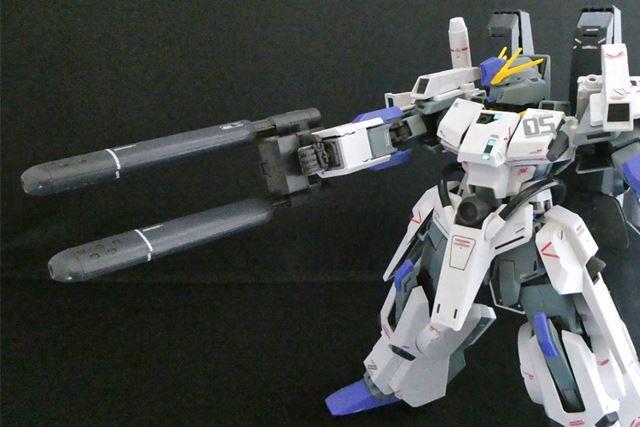 装甲の加減もあり腕の可動が制限されますが、発射態勢もしっかりとれます