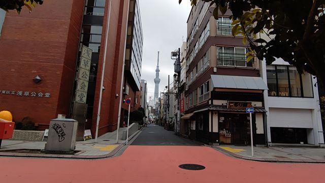 路地から見える東京スカイツリーにピントを合わせた