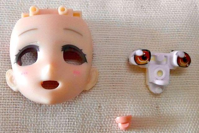 顔部分、アイパーツ、そして口内を再現するパーツをはめ込みます