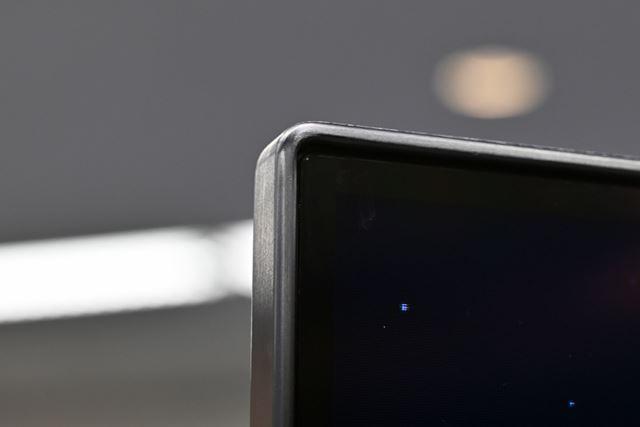 直下型のバックライトを搭載する液晶テレビだが、ベゼル部分をかなり細く仕上げたのがポイント