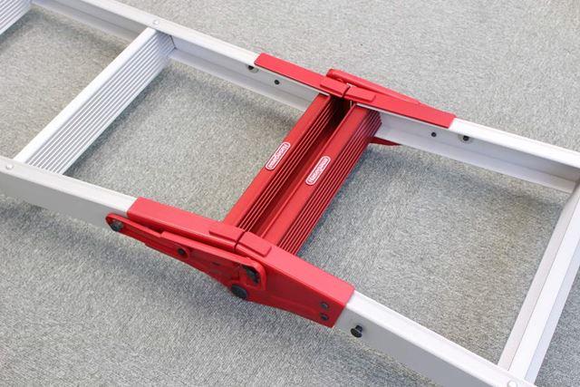 なので、開いてハシゴとして使う際の補強として中央部分は鉄でできています