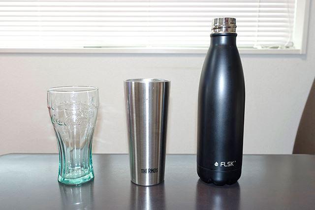 比較対象として、普通のグラスと真空断熱タンブラーを用意しました