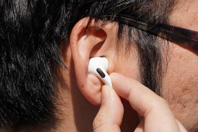 操作は指で軽くつまむだけなので、その際に本体が耳からズレてしまうことも少なかった