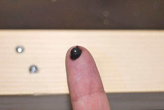 中身は、黒くてザラザラしたペースト状の液体です
