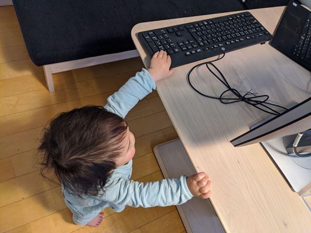 テーブルの下から手を伸ばしてキーをペシペシされてしまう。これはダメだ……