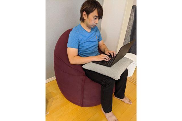 ヨギボーマックスを縦向きにして座れば、イスのように座れます