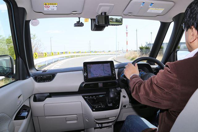 三菱「eKスペース」は前方から側方、後方まで全方位で視界がよく、運転しやすい
