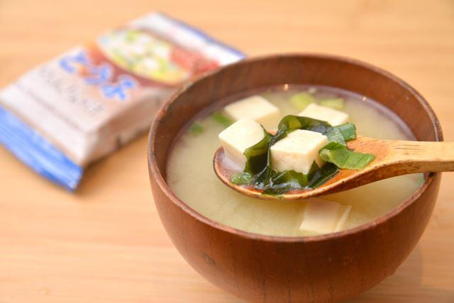 豆腐は一般的なサイズ感。具材はほかに、ねぎとわかめが入る鉄板トリオです
