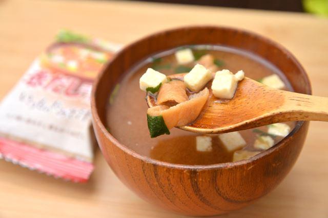 豆腐は小さめないっぽう、焼き麩は大きめで存在感はしっかり。三つ葉は控えめですが、風味は十分ありました