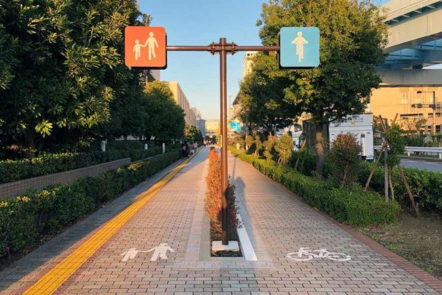 広めの歩道には、自転車が通るレーンが設けられているところも増えている