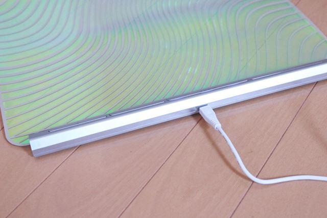 パソコンのUSBポートからも充電可能。なお、充電中の使用はできません