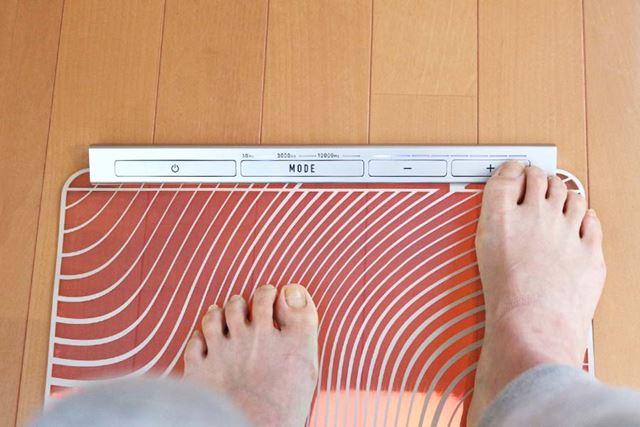 モードや強弱調整はボタンで。大きなボタンなので、足の指でも操作できます