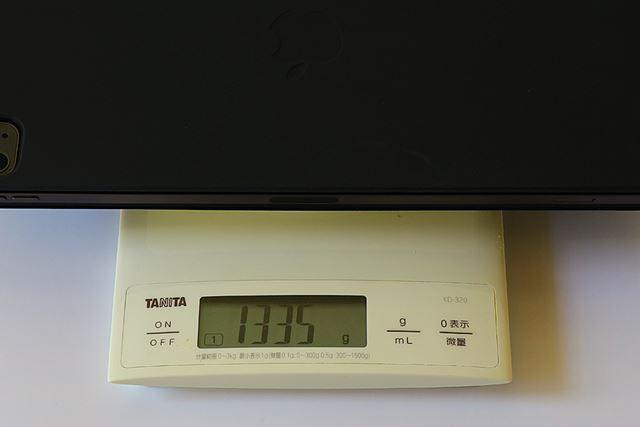 12.9インチiPad Proと合わせると1335g(実測)。最新のMacBook Air(1290g)よりも重い