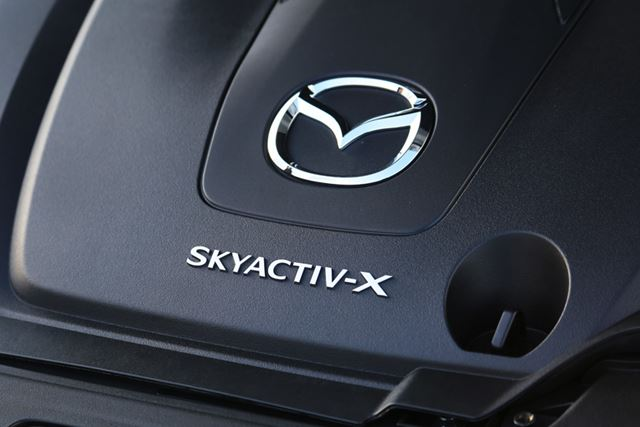 ガソリンエンジンとディーゼルエンジンの両方のよさをあわせ持つという「SKYACTIV-X」エンジン