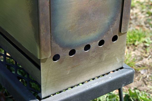 焚き火台下部にある吸気口から空気を取り込みます