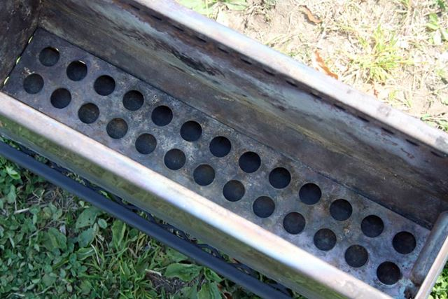 本体内の底には炭床となるロストルをセット。この穴を空気が通過することで、薪が効率よく燃焼します
