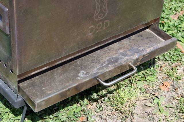 燃焼した薪の灰は灰受け皿に溜まります。引き出し式となっているので、簡単に取り外して廃棄可能