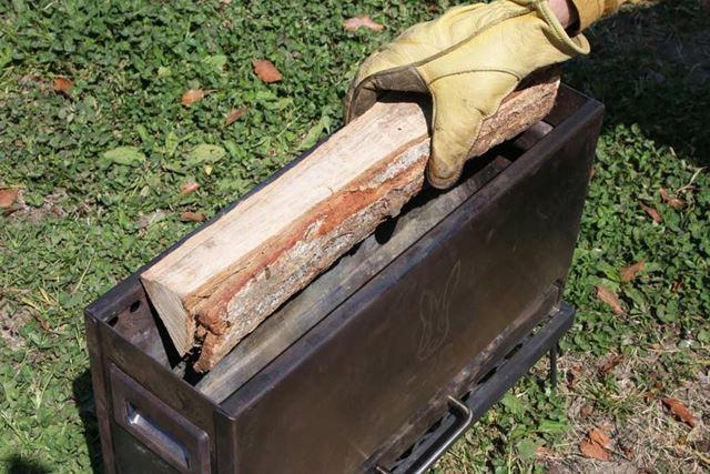 狭く見える開口部ですが、長さ35〜40cmの一般的な薪はきちんと収まります
