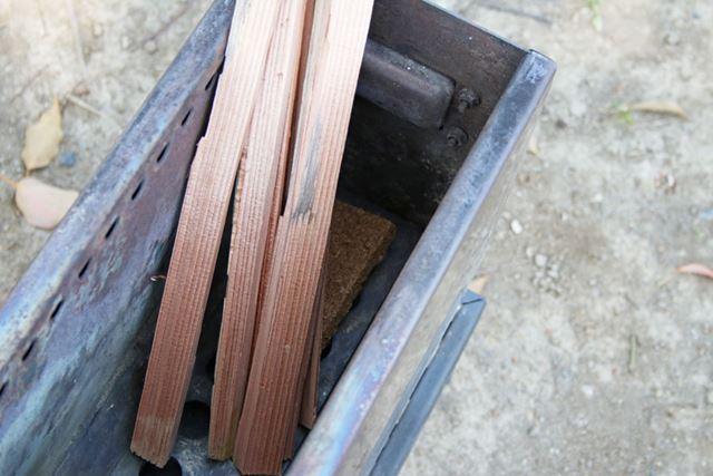 着火する際は、まず着火剤をロストルの端に置き、その上にかぶせるように細い薪をセットします