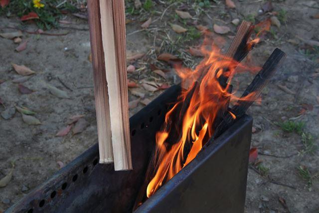 細い薪に火がついたら、中太の薪を投入