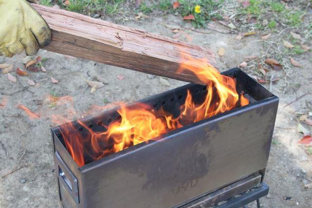 火が安定したら、太い薪を横向きにして投入。あとは焚き火を楽しむだけです