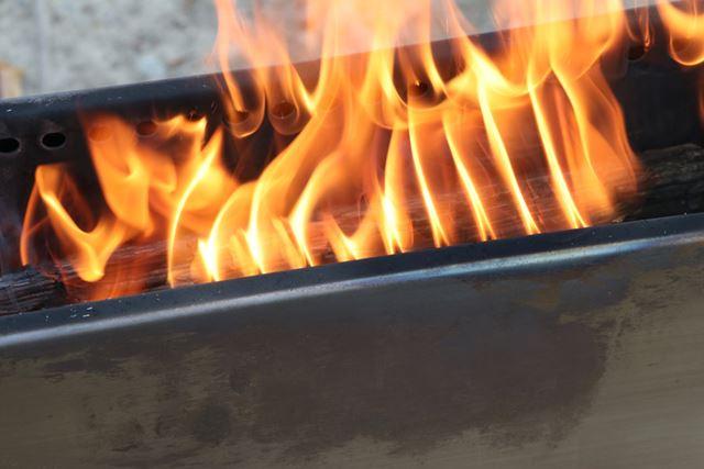 煙はほとんど出ず、炎がキレイ。これが二次燃焼の炎です