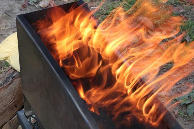薪を足せばさらに大きな炎が上がりますが、本体があまり大きくないので、薪2本がちょうどいいでしょう