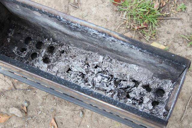 焚き火終了後に内側をのぞいてみると、残っているのはサラサラの灰のみ。見事に完全燃焼しています