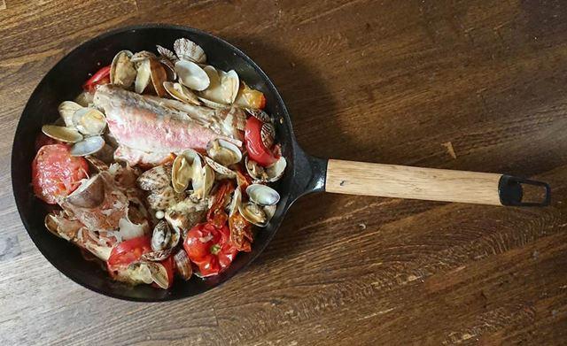 鍋のデザインがシンプルでスタイリッシュなので、そのまま食卓に提供しても様になります