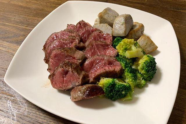 こちらがステーキの仕上がり。個人的にレアで食べたかったので、レシピより2分ほど短く焼きました