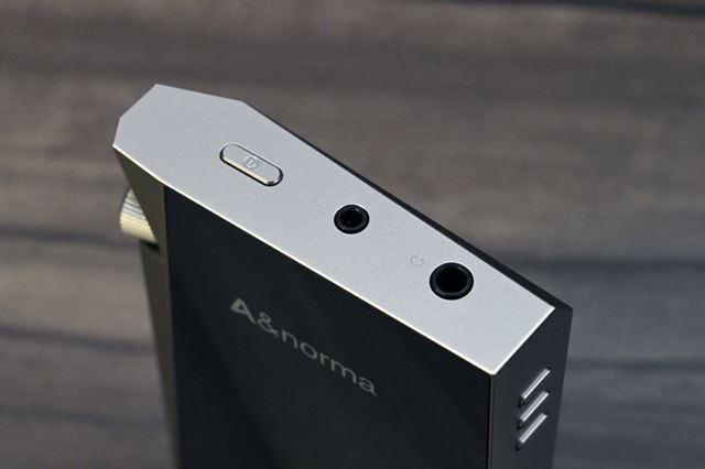 本体上部に3.5mmアンバランス出力と2.5mmバランス出力の2系統のアナログ出力を装備