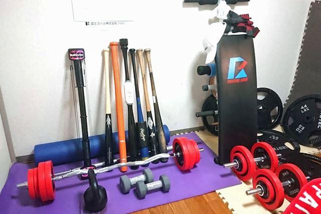 筋トレ用の器具や草野球の技術向上のためのバットなど、自室にはいくつかの器具をそろえています