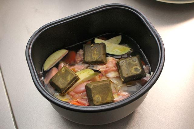 カットした材料、水、カレールウを内鍋にただ入れるだけで準備は終わり