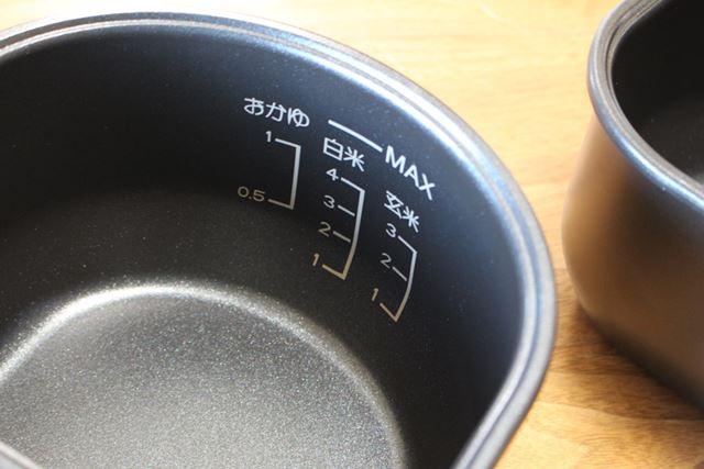 内鍋には、炊飯器みたいに水量のメモリがついています。この内鍋ひとつで白米4合を炊くことが可能