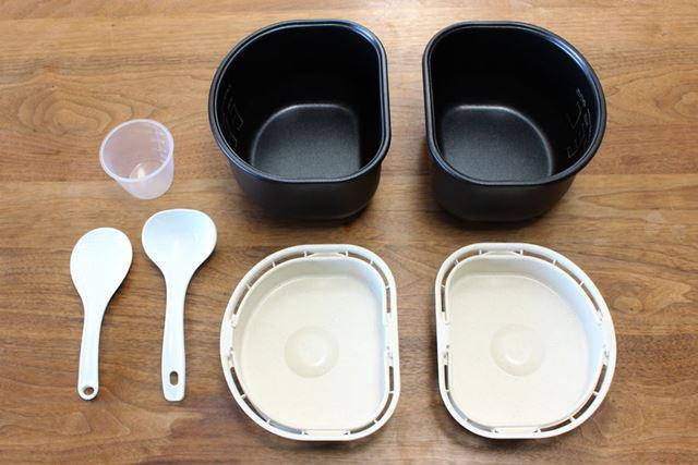 こちらが付属品。内鍋のほかに、蒸しプレートも2つずつ付属します。しゃもじやおたま、180mlの計量カップも