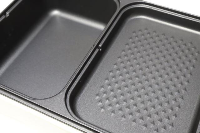 底面は、深プレート(左)がフラットで、浅プレート(右)が焼き物の油の流れをよくする小さな凹凸付き