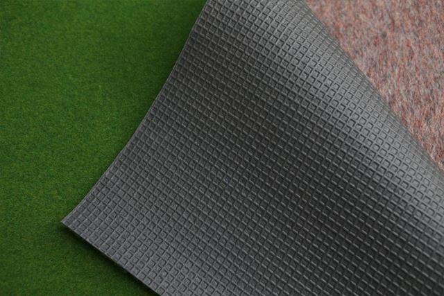 裏は凹凸のあるゴム素材でできているので滑りにくく、しわになりにくいのがいいですね