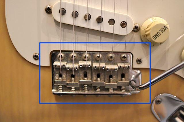 エレキギターのブリッジです。6つのサドルが乗っているこのパーツ全体をブリッジといいます。
