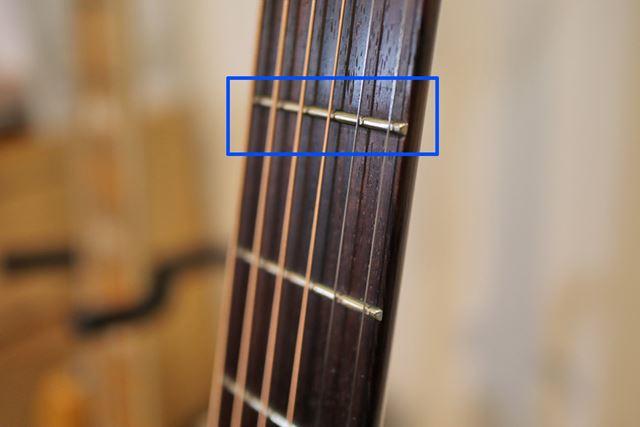 ニッケルのフレット。弦と触れる部分が削れているのがおわかりいただけますでしょうか?