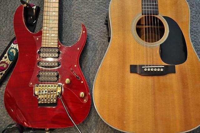 左がエレキギターで右がアコギ